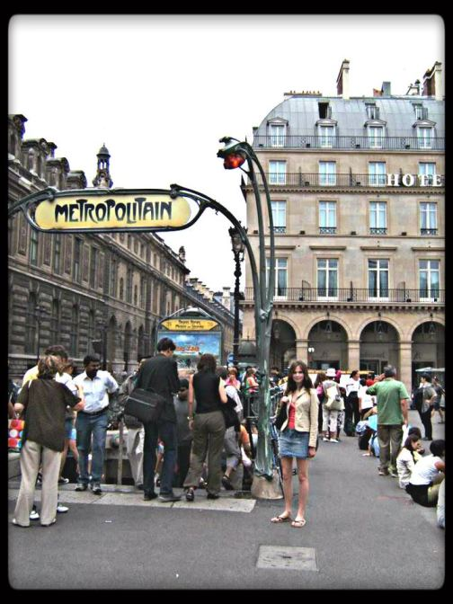 ATTENTION ATTENTION!  Young woman in Paris, meow now!